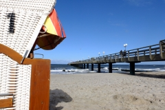 Strandkorb mit Seebrücke