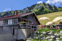 Blick von der Alpe Roßberg auf den Gipfel des Grünten mit dem Sendemast im Oberallgäu