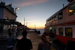 Sonnenuntergang auf dem Weg zur Fähre zurück nach Lissabon