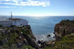 Peniche: Steilküste im Gegenlicht