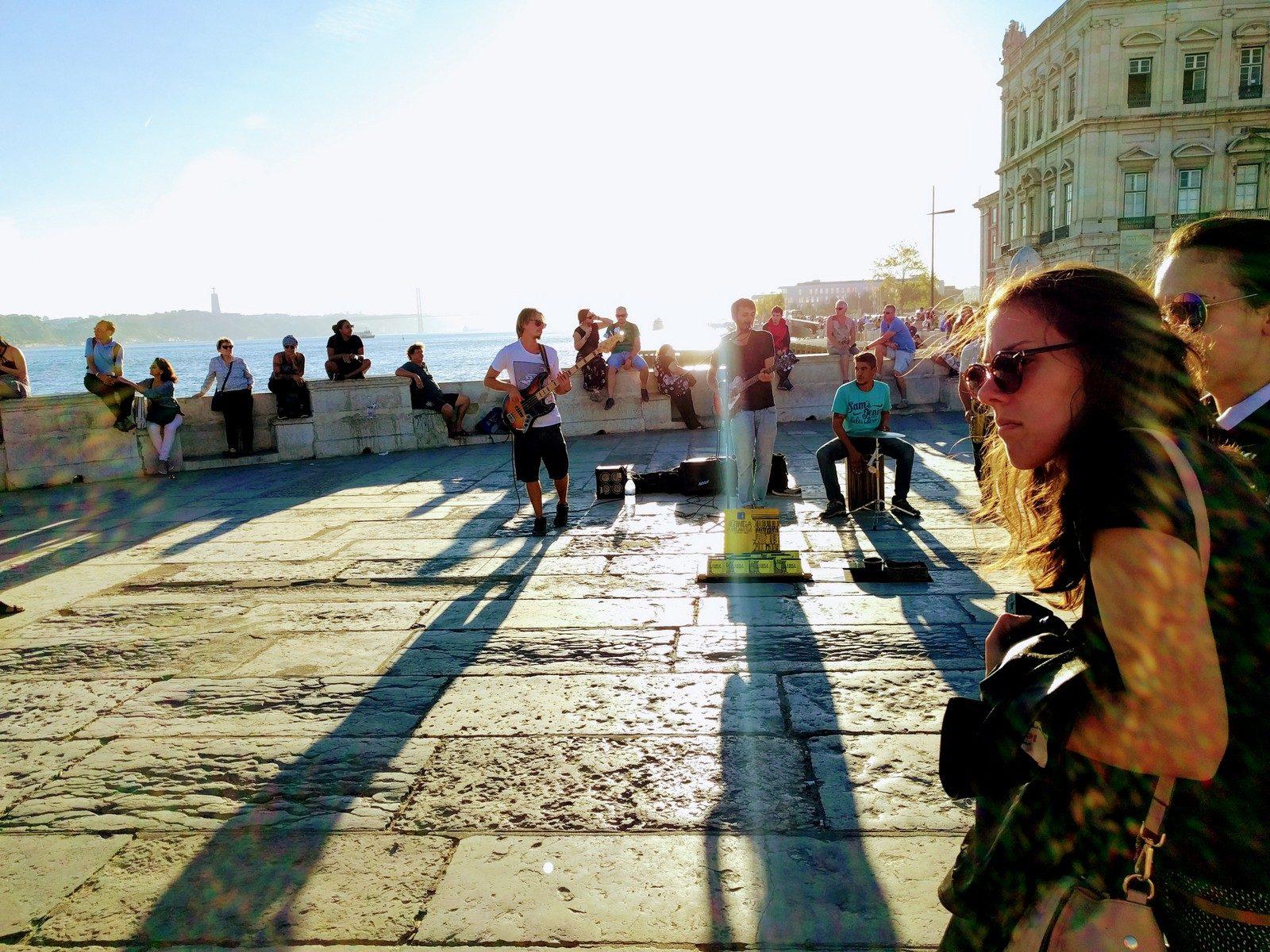 Kurz nach unserer Ankunft in Lissabon: Musik im GegenlichtamCais das Colunas